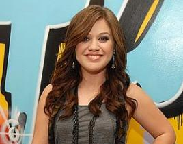 Kelly Clarkson Signs with New Manager